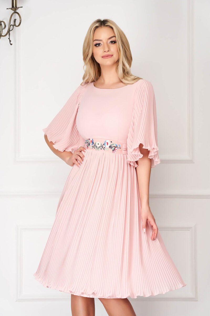 Rochie  roz prafuit eleganta midi din voal plisat cu cordon brodat in atelierele