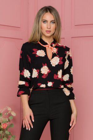 Bluza neagra cu imprimeu floral si guler tip volanas